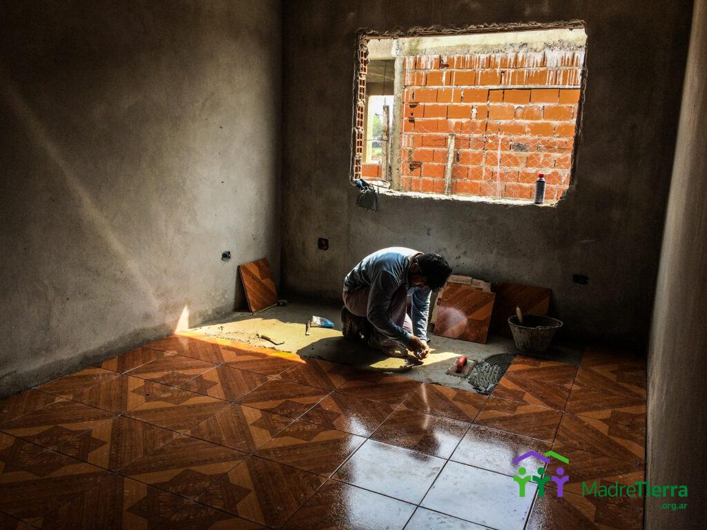 Colocación de cerámicas en los pisos de la casa.