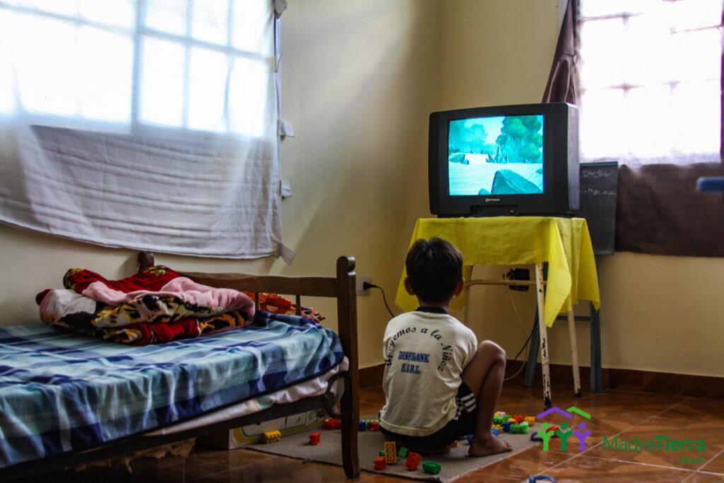 los niños de la familia disfrutan de una habitación propia para jugar, estudiar y tener un espacio propio.