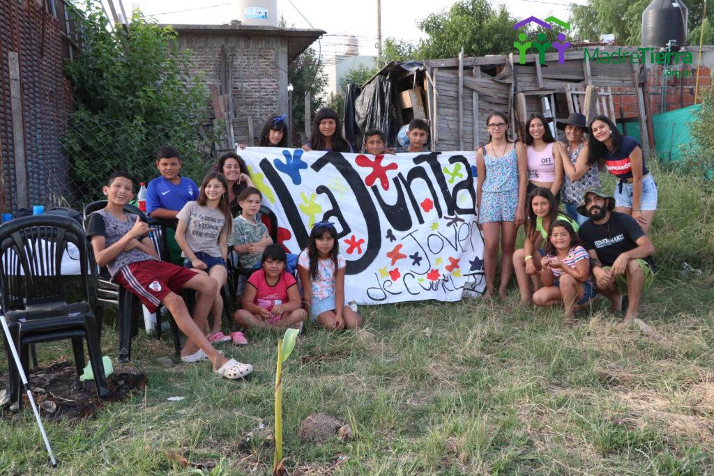Jóvenes del consejo de juventudes de cuartel V en el predio donde se construira la plaza.