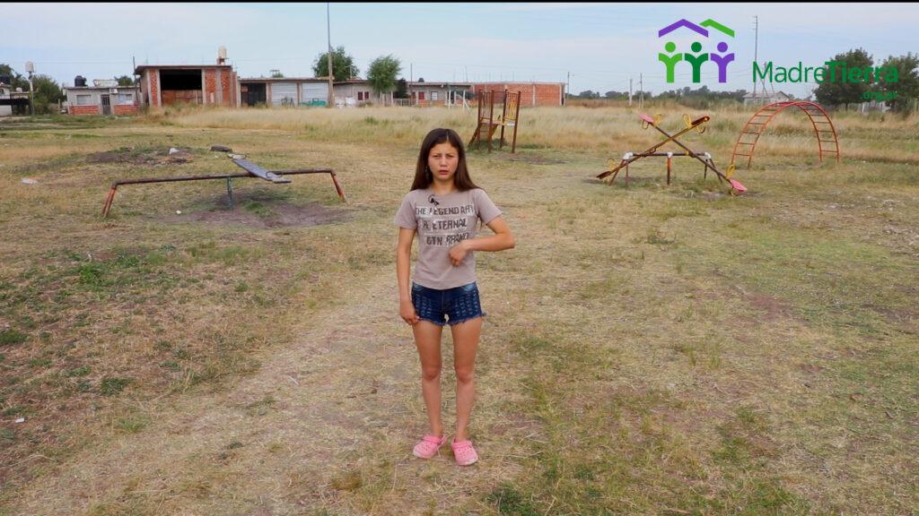 Una integrante del consejo de Jóvenes del Barrio los Hornos frente a los juegos deteriorados del predio donde se quiere construir una plaza.