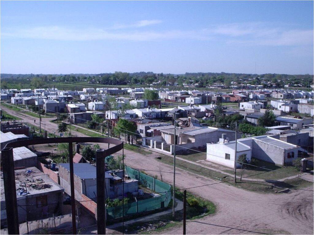 Vista aerea desde el tanque de agua, se ven las casas ya todas de material,  las familias que se mudaron de modo muy precario fueron construyendo de apoco sus casas.