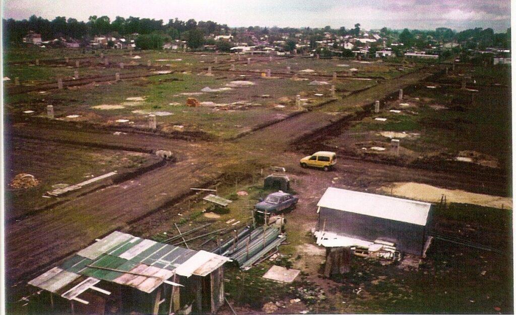 Vista aérea del barrio durante la obra de apertura de calles y construcción de los pilares  de la luz.